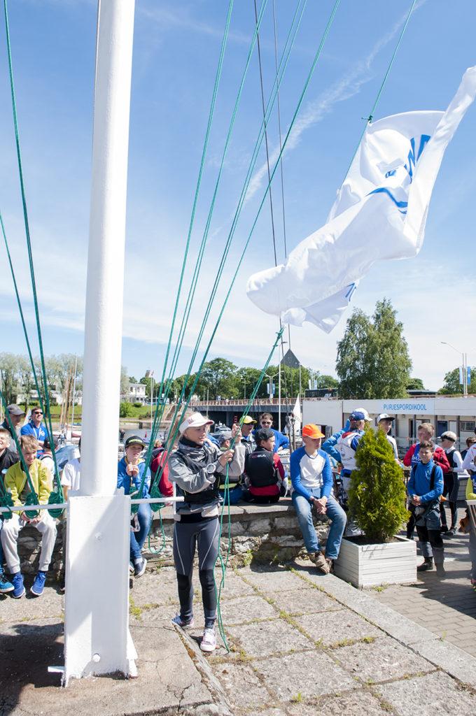 Pärnu Jahtklubist Angeliina Maria Isabel Õunap heiskas regati lipu - foto Aleksandr Abrosimov.