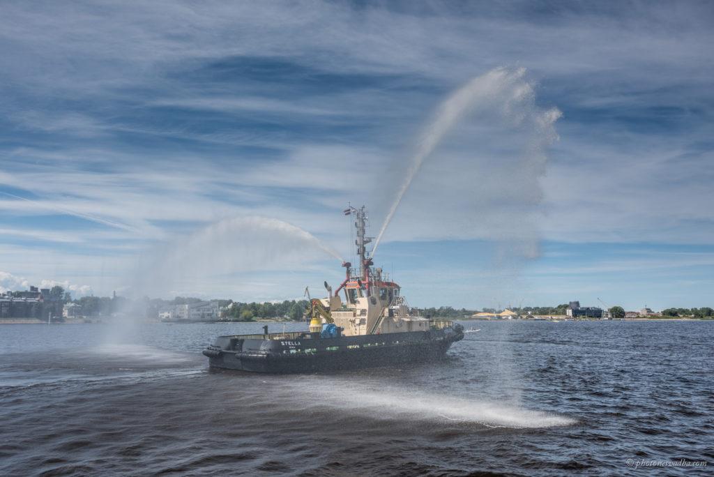 Riialased said uhke vaatepildi osaliseks, kui ca 80 jahti tegid Daugava jõel eskaadrisõitu, mille ees paiskas veejugasid õhku pukserlaev. Foto: Pavel Nesvadba