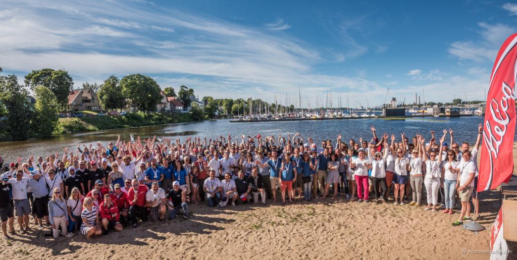Meeleolukas regati lõppvaatus ühispildina Daugava ääres Riia kesklinnas, taustaks Pilsetase jahtklubi sadamas A. le Coq 60. Muhu Väina regatist osavõtnud jahtidega. Foto: Pavel Nesvadba
