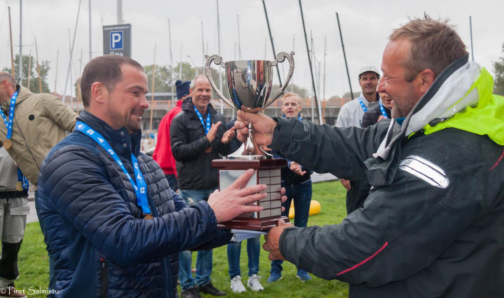 Peavõistlusjuht Andres Talts andmas üle Melges 24 Eesti MV rändkarikat Tiit Vihulile. Foto Piret Salmistu